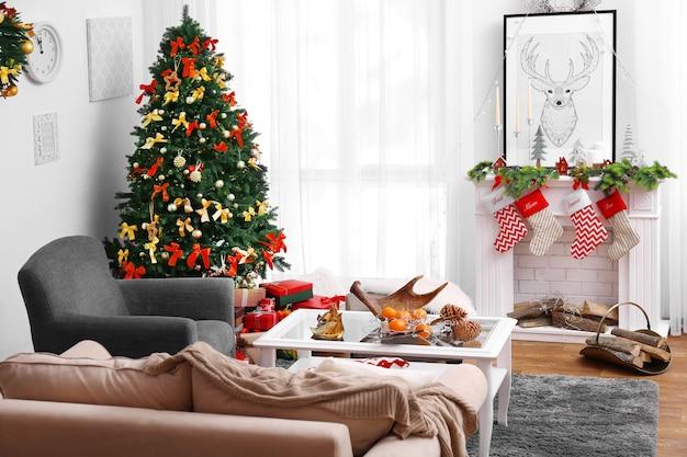 Versierde kerstkamer met prachtige dennenboom