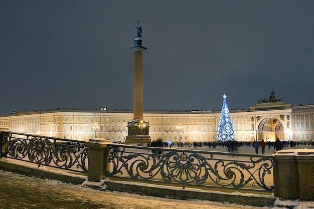 Versierde nieuwjaarsboom in st. petersburg op het paleisplein, naast de hermitage