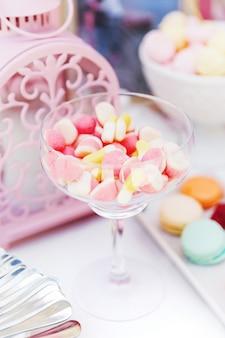 Versierde tafel met snoep voor de gasten van de ceremonie.