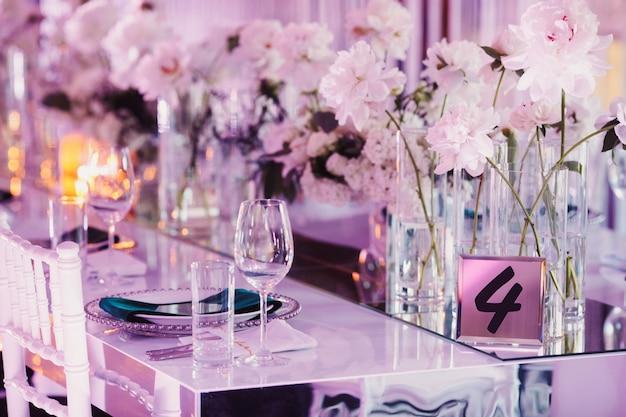 Versierde zitplaatsen voor bruiloftsgasten