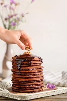 Versieren van heerlijke chocolade pannenkoeken