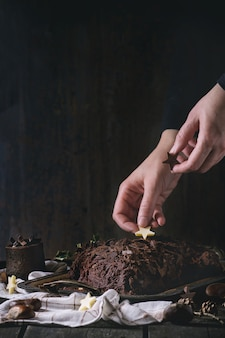 Versieren van kerstchocolade yule log