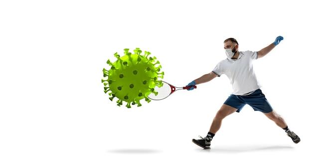 Versla de ziekte. sportman tennis schoppen, ponsen coronavirus, bescherming en behandeling concept. chinese coronavirusbehandeling. gezondheidszorg, medicijnen, sport en activiteit tijdens quarantaine. folder.