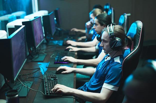 Verslaafde tieners die een online game spelen
