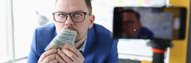 Verslaafde zakenman ruikt de geur van geld, geldverslaving en geldwanordeconcept