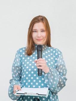 Verslaggever die het vooraanzicht van de microfoon houdt