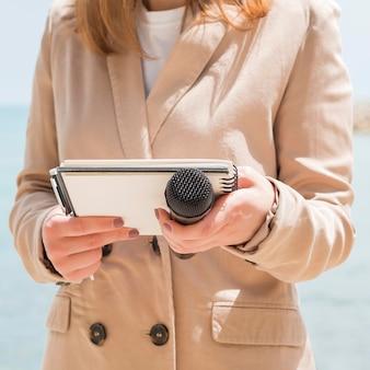 Verslaggever die zich klaar maakt om op live televisie te zijn