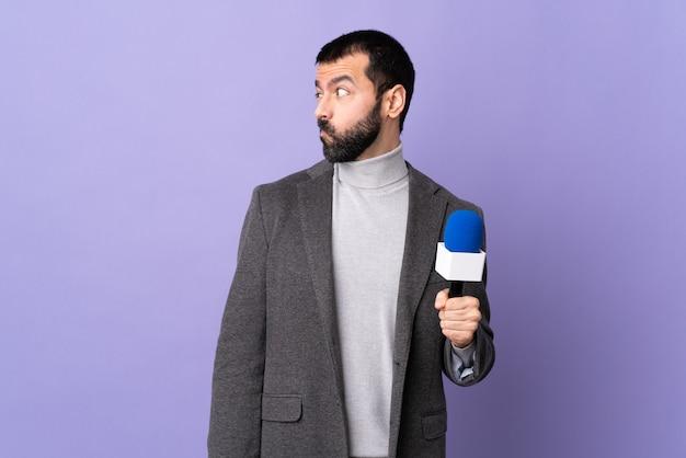 Verslaggever man op pastel muur