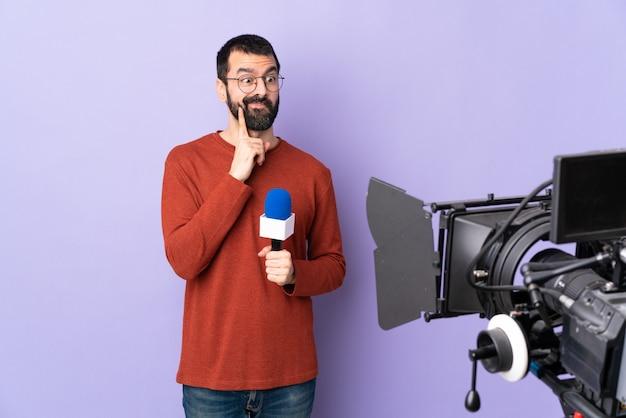 Verslaggever man over geïsoleerde achtergrond