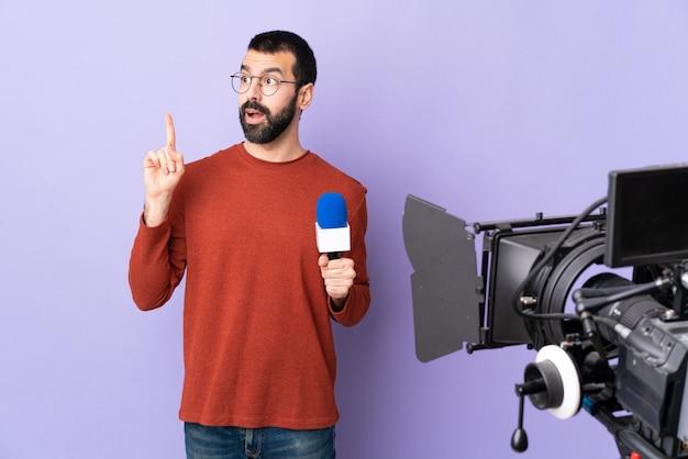 Verslaggever man over geïsoleerde paarse achtergrond
