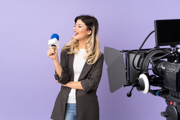 Verslaggever tienermeisje dat een microfoon houdt en nieuws rapporteert