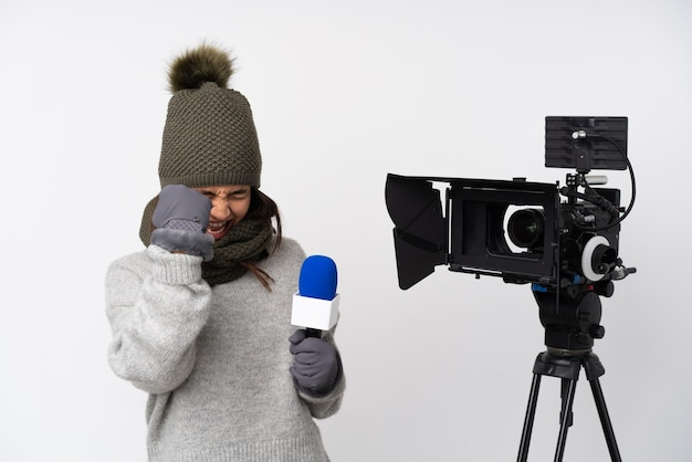 Verslaggever vrouw over geïsoleerde achtergrond
