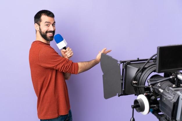 Verslaggeversmens die een microfoon houdt en nieuws over geïsoleerde paars rapporteert
