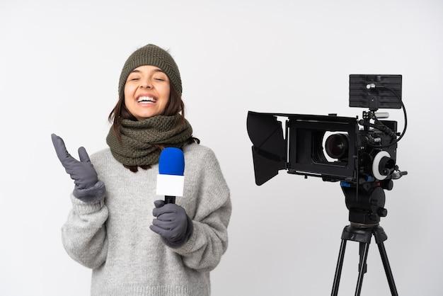 Verslaggeversvrouw die een microfoon houden en geïsoleerd nieuws melden