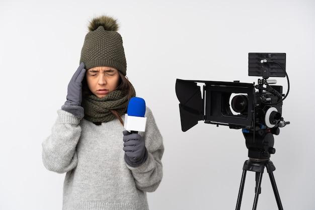 Verslaggeversvrouw die een microfoon houden en nieuws op geïsoleerd wit met hoofdpijn rapporteren