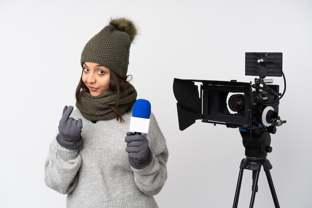 Verslaggeversvrouw die een microfoon houden en nieuws over geïsoleerde witte achtergrond rapporteren die geldgebaar maken