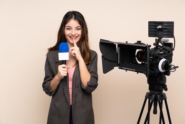 Verslaggeversvrouw die een microfoon houden en nieuws over muur rapporteren die stiltegebaar doen