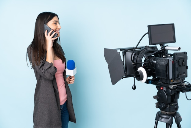 Verslaggeversvrouw die een microfoon houden en nieuws rapporteren