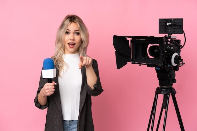 Verslaggeversvrouw met camera het richten