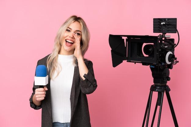 Verslaggeversvrouw met camera het schreeuwen