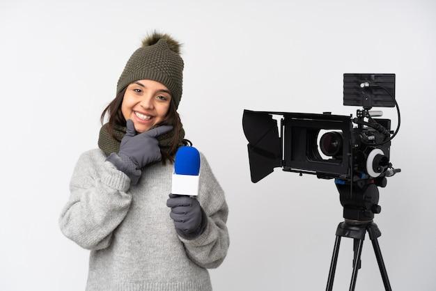Verslaggevervrouw die een microfoon houdt en geïsoleerd nieuws rapporteert