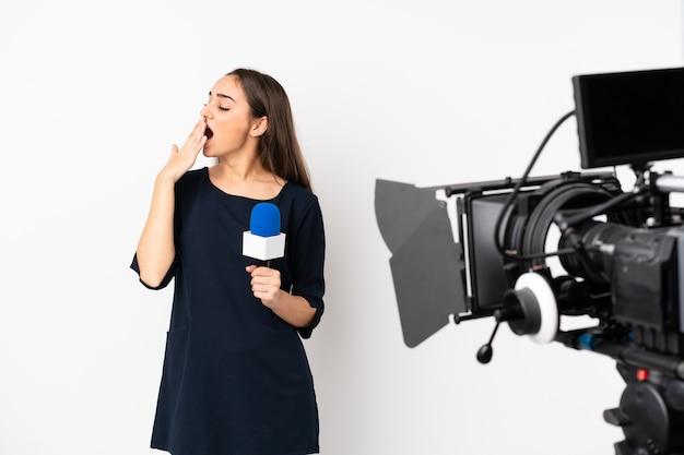 Verslaggevervrouw die een microfoon houdt en nieuws rapporteert