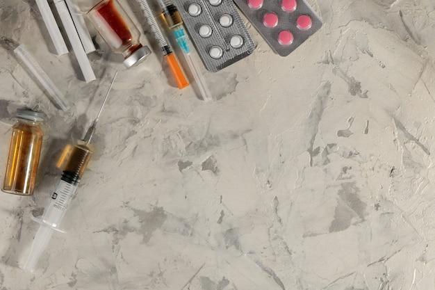 Verslavende medicijnen. lsd, cocaïne, heroïne en het opschrift helpen me een heldere tafel. het concept van drugsverslaving. uitzicht van boven. ruimte voor tekst