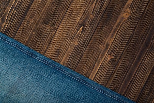 Versleten jeans of spijkerbroek denim op hout
