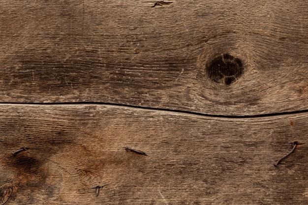 Versleten metalen oppervlak met roestige spijkers