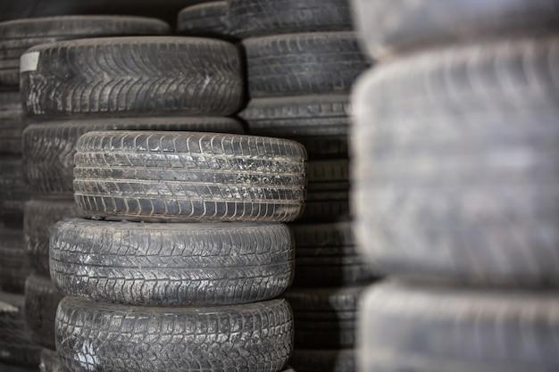 Versleten of gebruikte autobanden in magazijn, servicecentrum, transportconcept