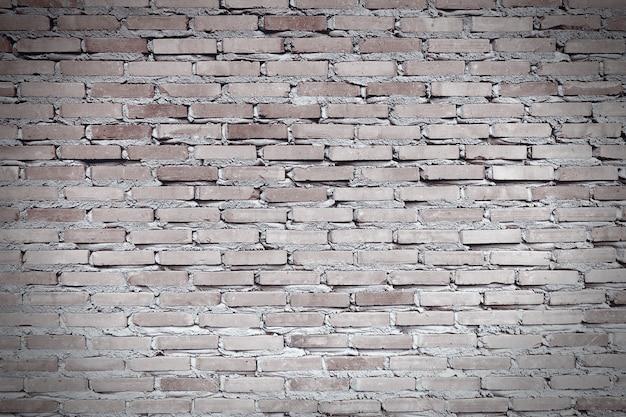 Versleten roodbruine bakstenen muur. de gevel van een industrieel gebouw.