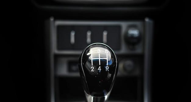 Versnellingspook. handgeschakelde versnellingsbak. hand op de versnellingspook in de auto.