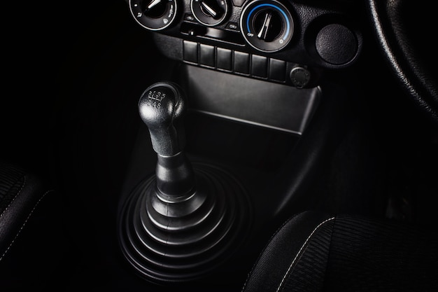 Versnellingspook van handgeschakelde versnellingsbak van auto met 6 versnellingen en achteruit, auto-onderdeelconcept.