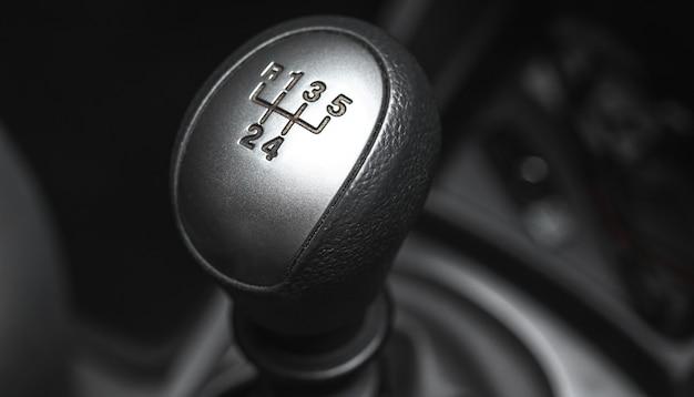 Versnellingspooktransmissie in zwarte interieurauto, close-upfoto