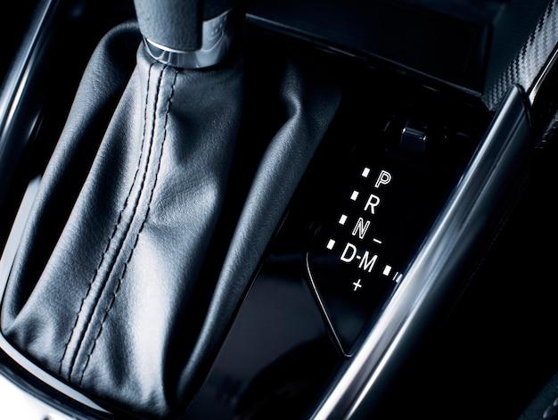 Versnellingspositiesymbool met handmatige modus die op automatische transmissie in een luxeauto schakelt.