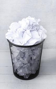 Verspilde papieren in de vuilnisbak