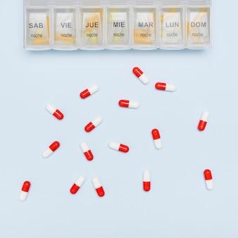 Verspreide capsules en pil organisator