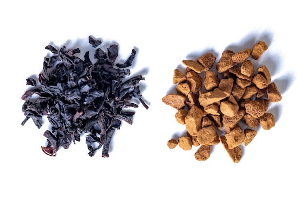 Verspreide instant koffie en thee op een witte, energieke drank