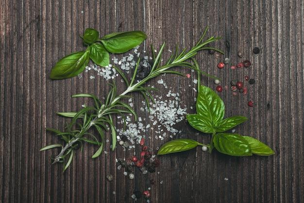 Verspreide kruiden en zout
