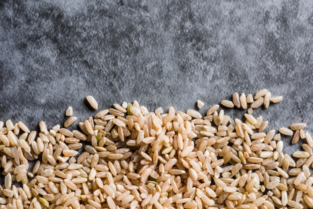 Verspreide ongepelde rijst op tafel