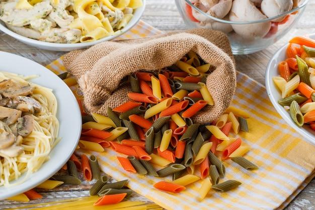 Verspreide pasta met pastamaaltijden, champignons in een zakje