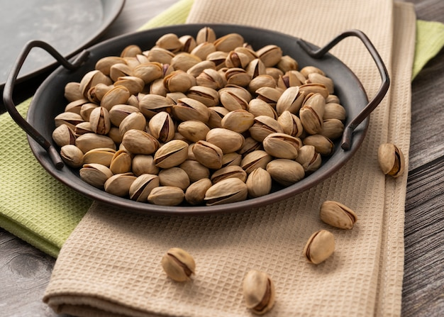 Verspreide pistachenoten op een dienblad op tafel