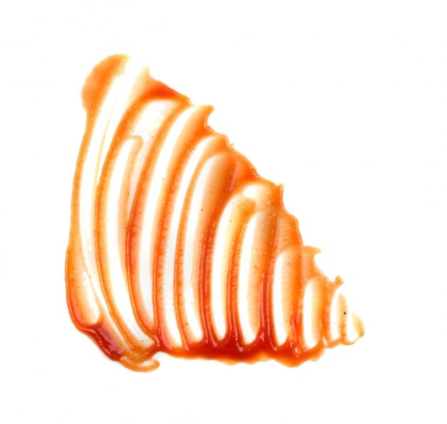 Verspreide tomatensaus, ketchup of inhaalslaglijnen die op witte achtergrond worden geïsoleerd. uitgesmeerde plassen van catsup-textuurvlek