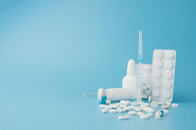 Verspreide verscheidenheid pillen apotheek shopping concept