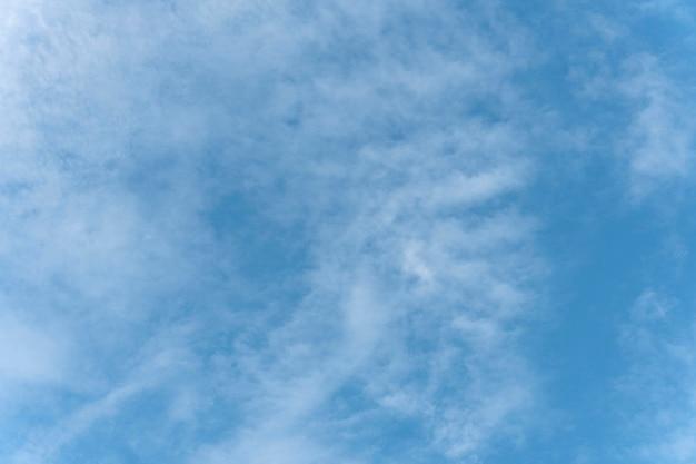 Verspreide wolken op blauwe hemel