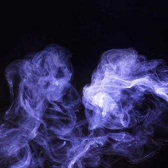 Verspreiding van paarse rookbekleding op zwarte achtergrond