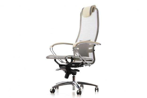 Verstelbare grijze stalen stoel voor gebruik op kantoor of thuis. geïsoleerd op wit modern meubilairvoorwerp