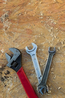 Verstelbare sleutel, sleutelgereedschap op houten tafel