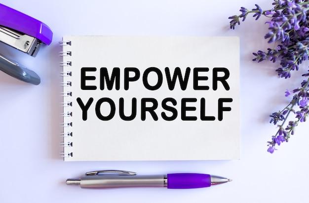Versterk jezelf. bovenaanzicht van open lege kladblok met lavendel boeket op witte achtergrond
