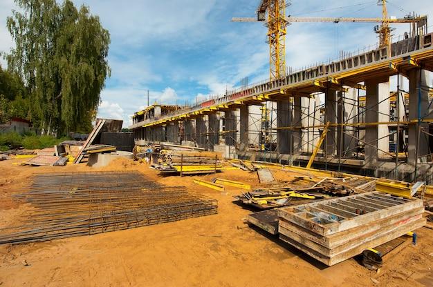 Versterkt frame van een nieuw monolithisch huis in aanbouw tegen de blauwe hemel